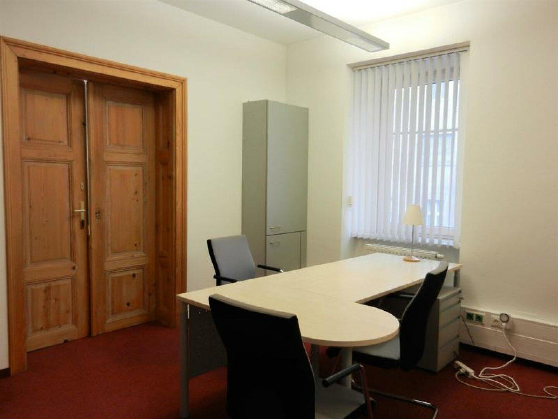 Büro mit Holztür