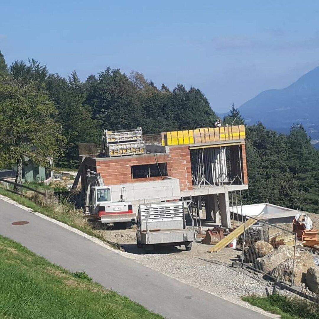 Bau unterhalb des Grundstucks