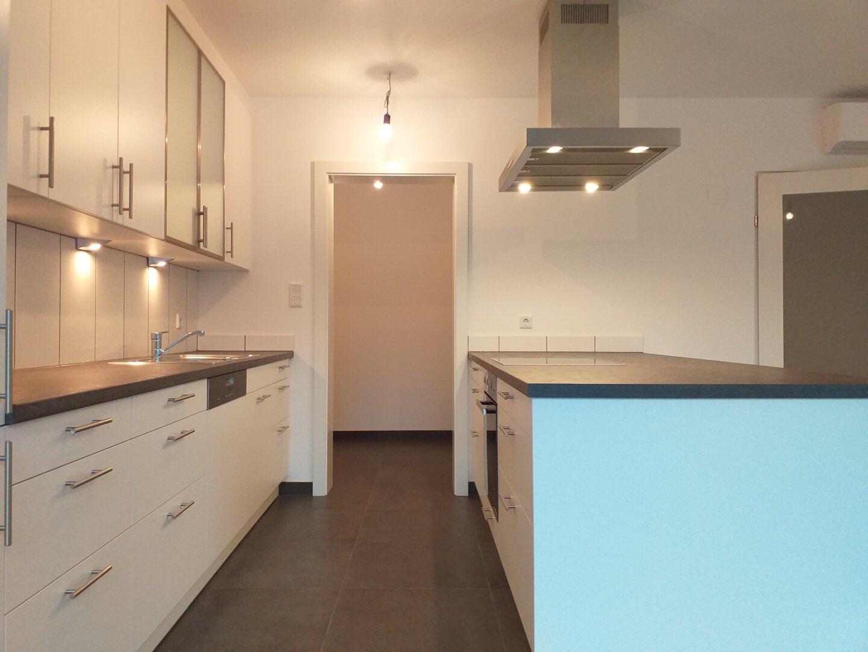 Küche mit Türe zur Speis
