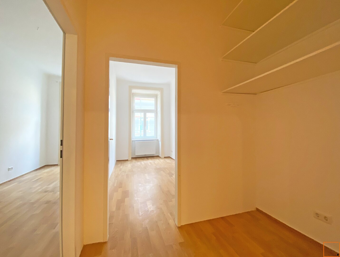 Vorzimmer mit Regal