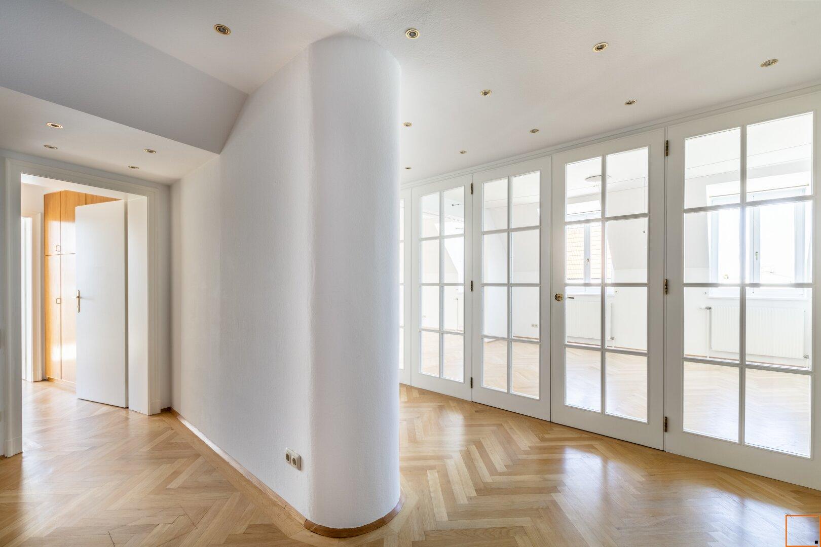 Blick vom Vorraum zu Glastüren Wohnzimmer
