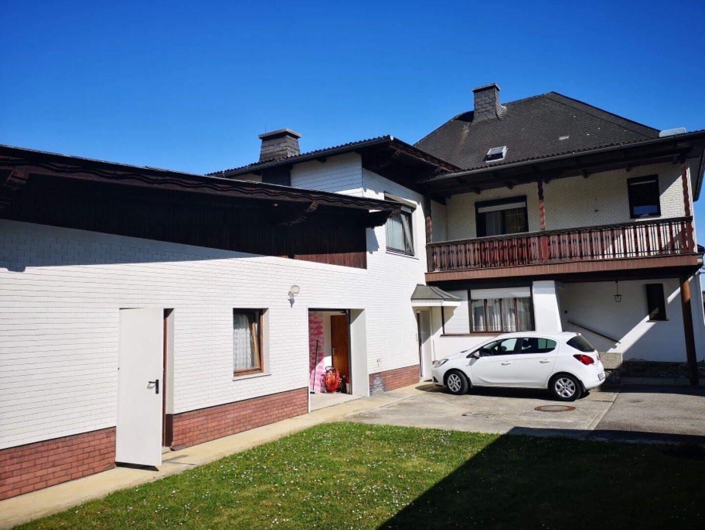 Innenansicht mit Nebengebäude und Balkon