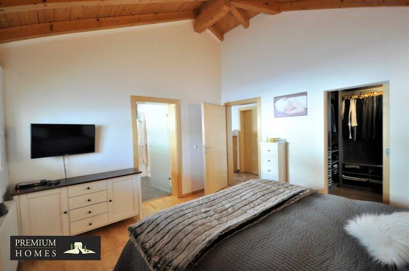 Kirchbichl Zweifamilienhaus_ hohe Qualität mit Modernem Design_Schlafzimmer mit Ankleideraum