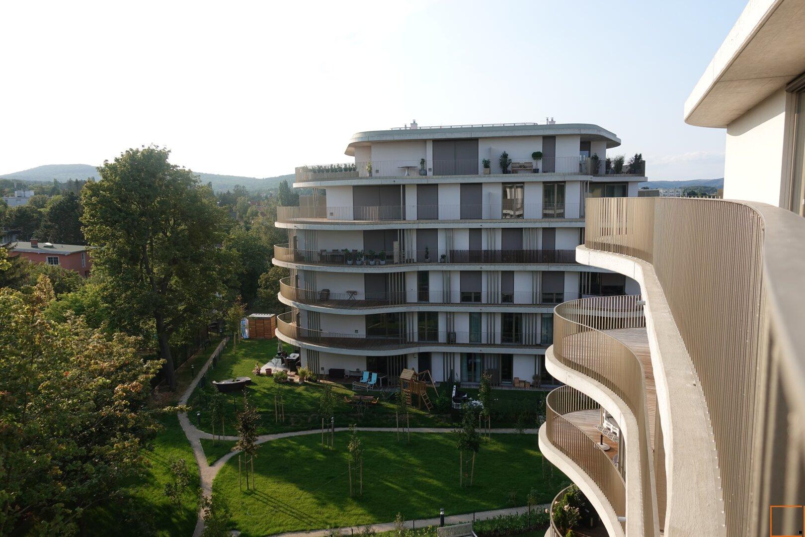 Blick von Terrasse auf Nebengebäude