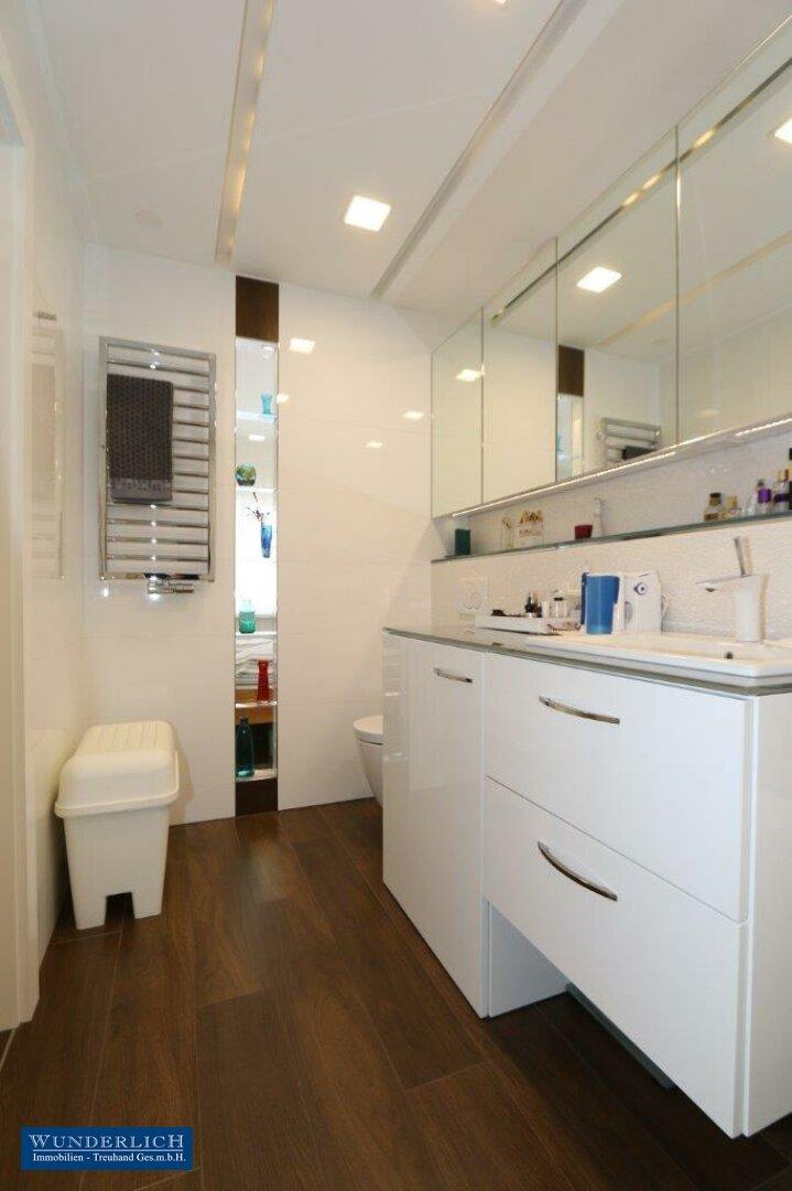 Blick von Badewanne zum Glaselement Richtung Schlafzimmer