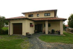 Modernes Einfamilienhaus mit 70 m2 Terrasse. Garten, Garageund  sehr gute Infrastruktur.