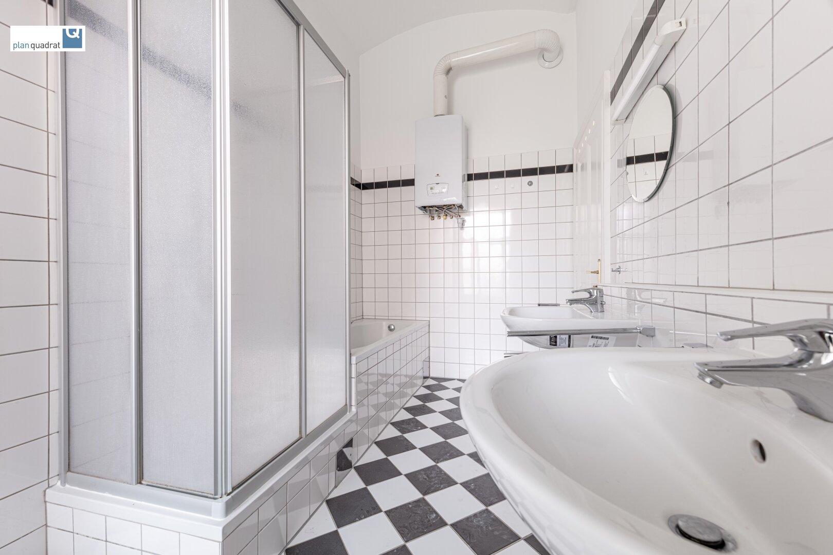 Badezimmer (mit zwei Waschbecken, Badewanne, Dusche und Wa-Ma-Anschluss)