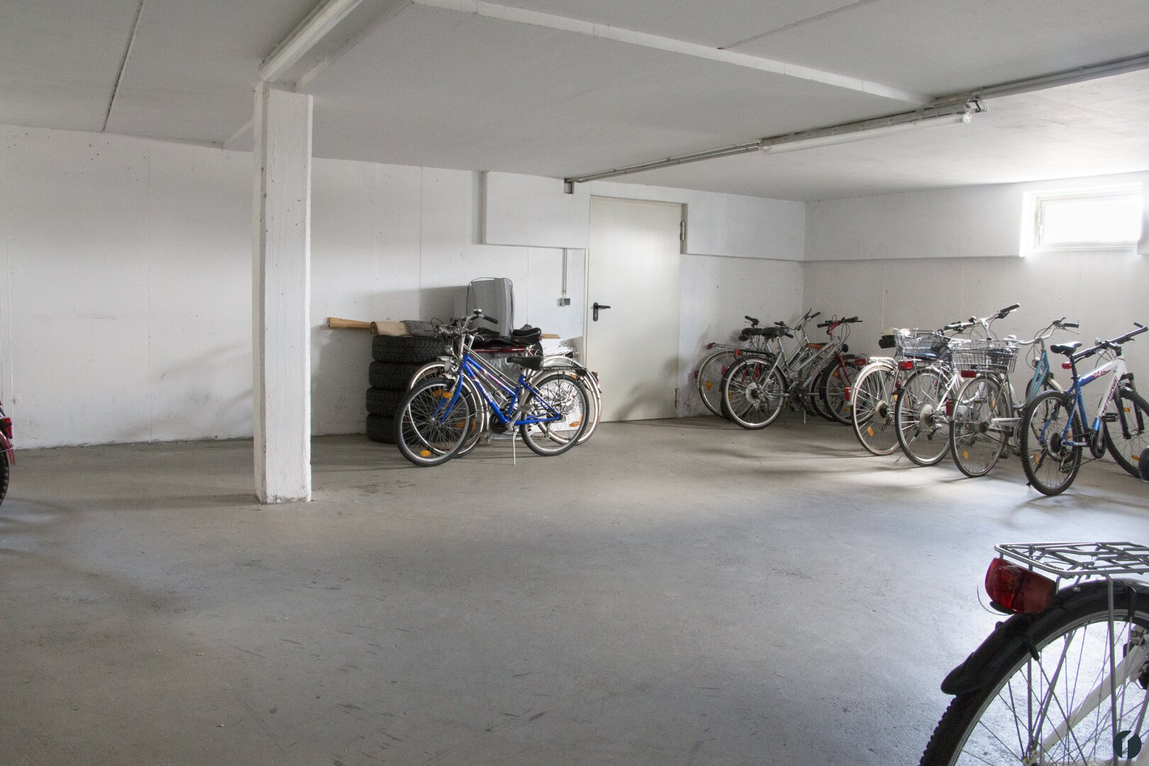 Fahrrad und Kinderwagen Abstellraum