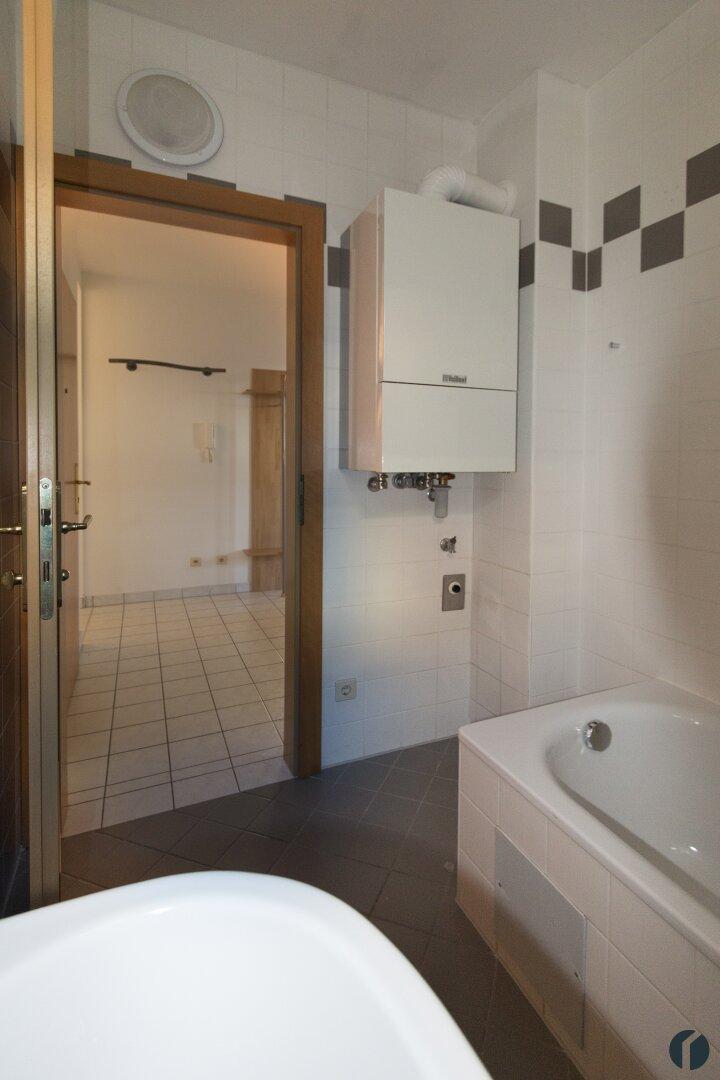 Badezimmer mit Therme und Waschmaschinen Anschluss