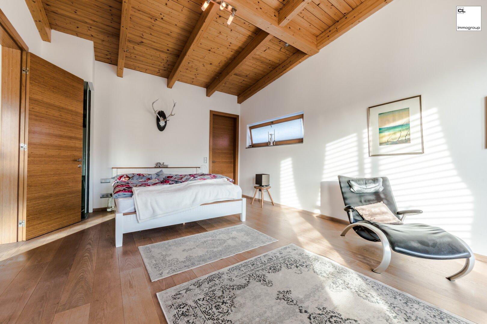 Geräumiges Schlafzimmer mit begehbarem Schrank