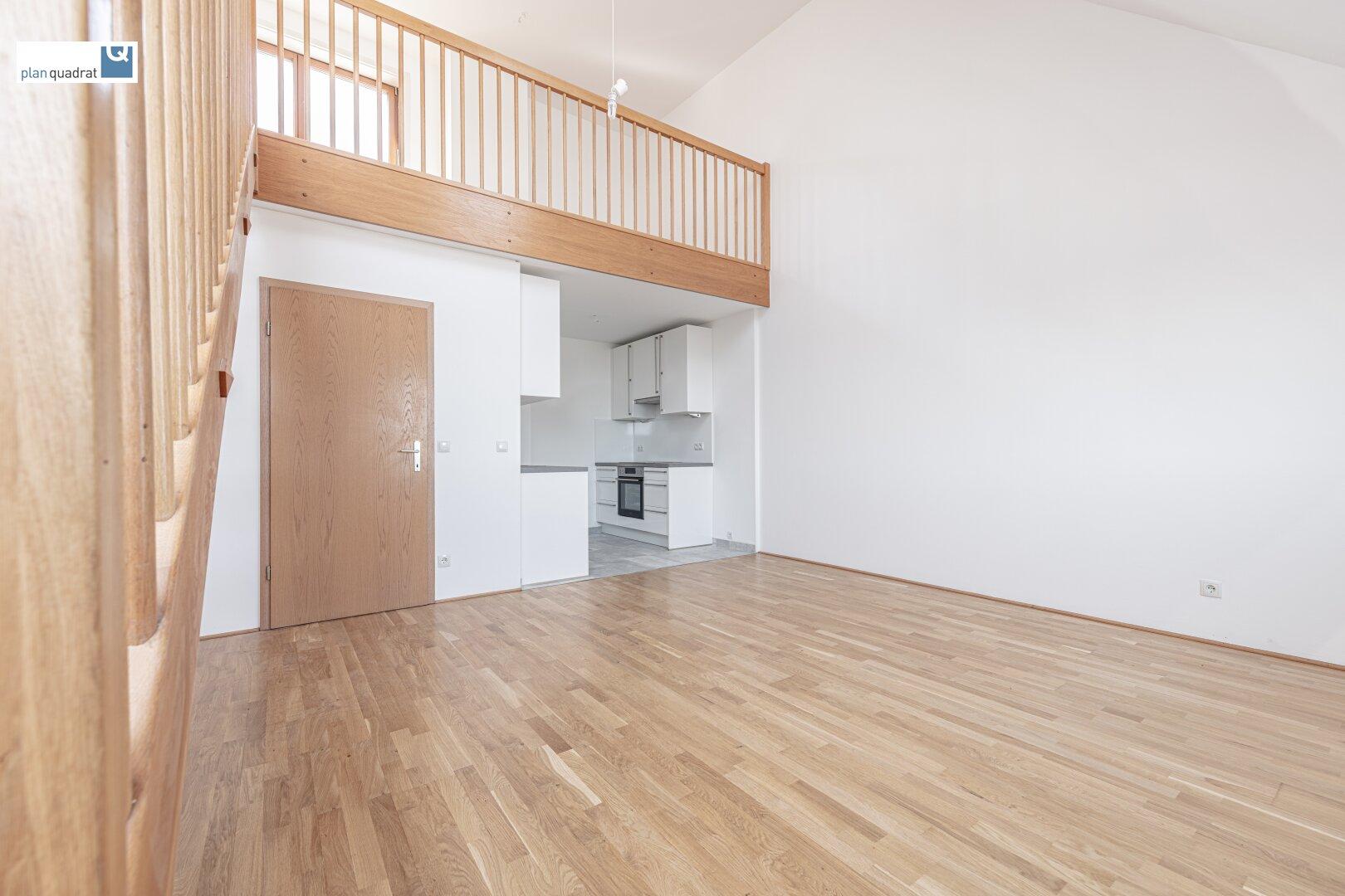 Wohn- / Esszimmer (ca. 19,50 m²) mit offen angrenzender Küche und Galerie (ca. 28,40 m²)