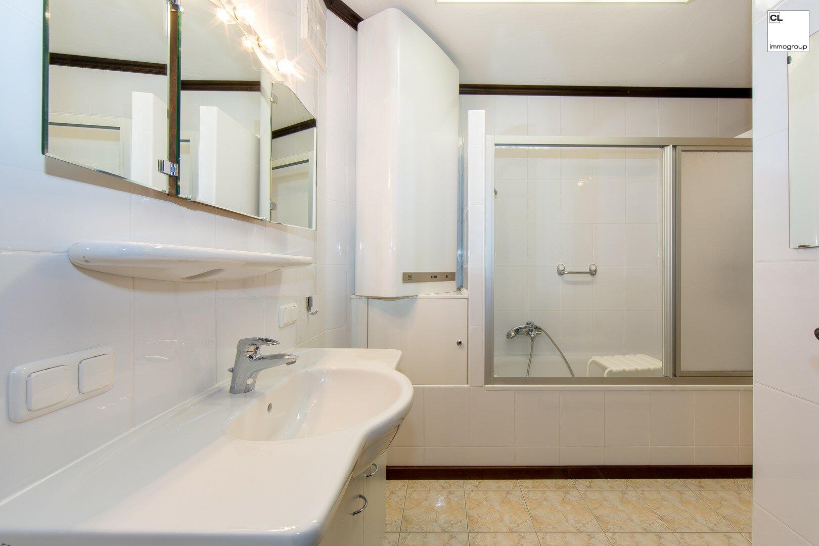 Bad mit Badewanne und gemeinsamer Dusche
