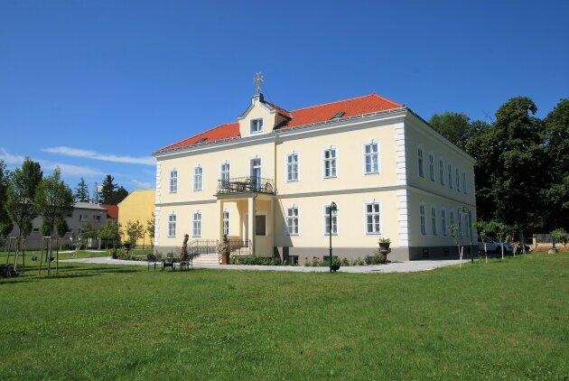 EXKLUSIVES WOHNEN - ca. 145 m² - 4-Zimmer - Markenküche - PKW-Stellplatz - großer Garten