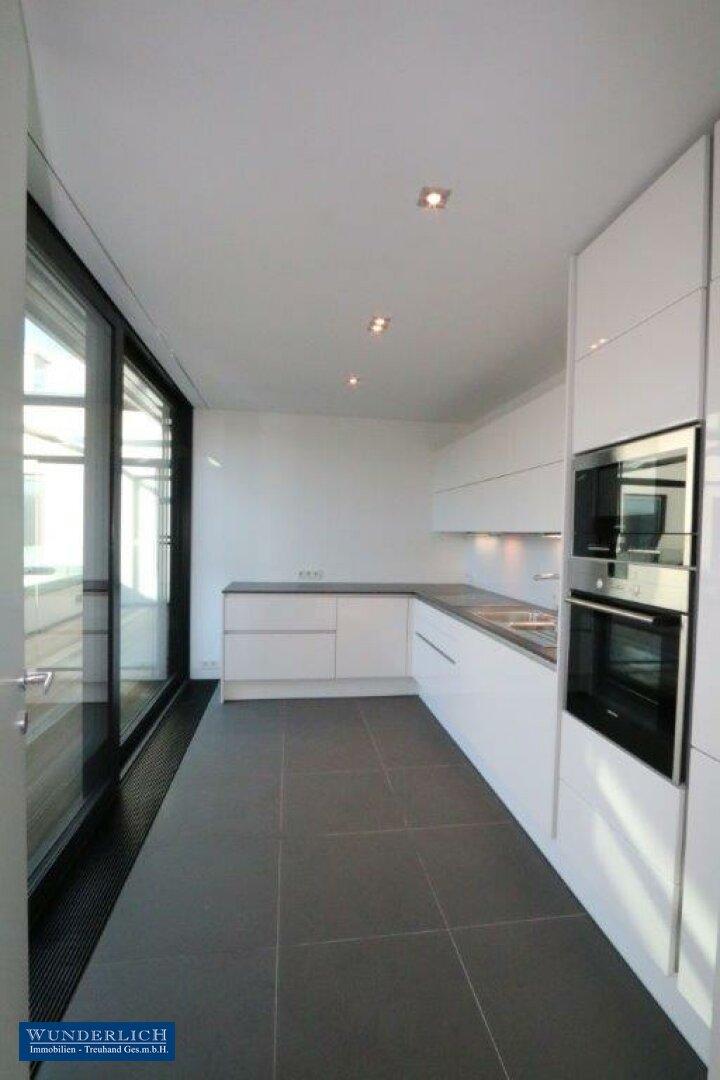 Einbauküche mit angrenzender Terrasse