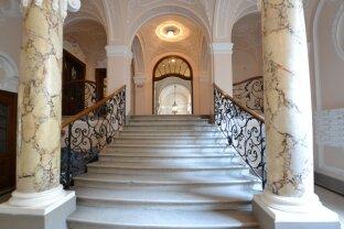 Prachtvolle voll renovierte Altbauwohnung mit Stuck / Attractive apartment in top location