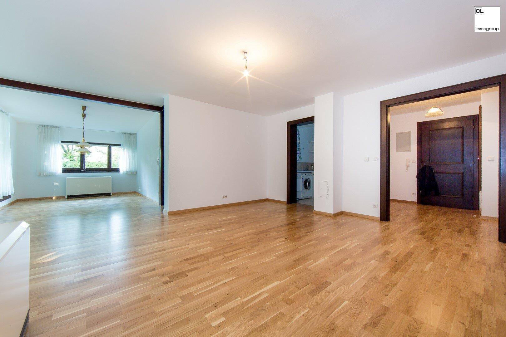 Blick von Wohnzimmer in den Vorraum und in den Abstellraum