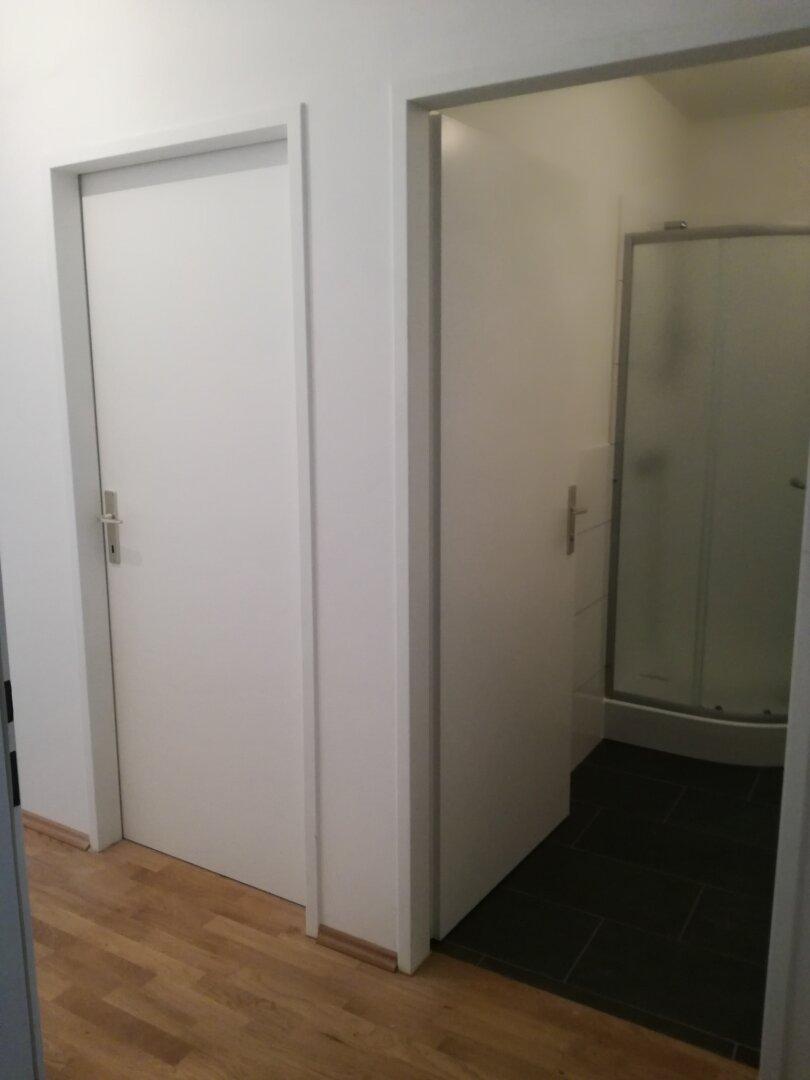 Vorraum mit Blick ins Badezimmer