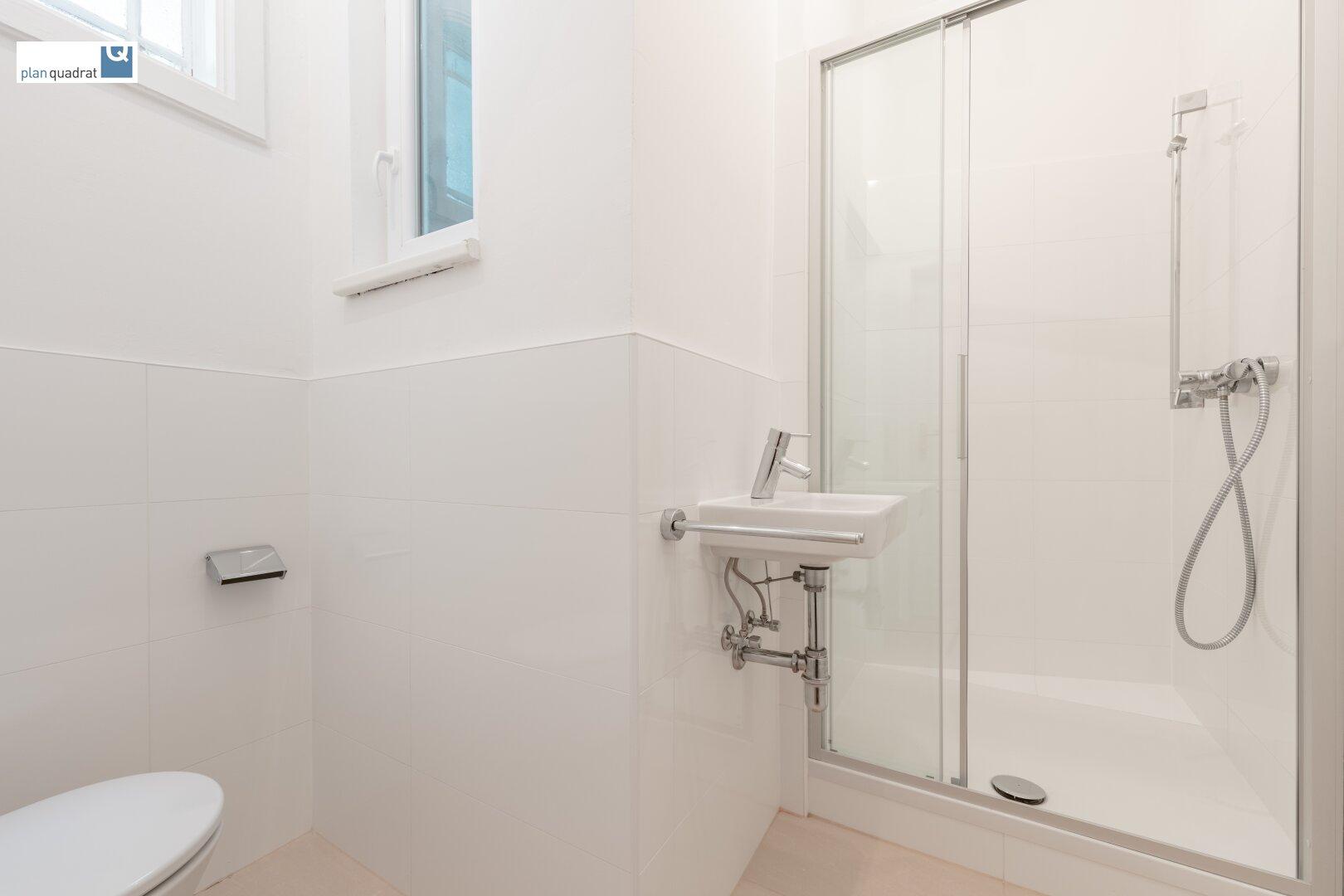 Badezimmer (mit Waschbecken, Dusche und Toilette)