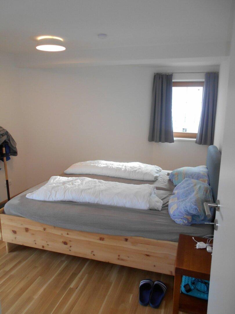 Schlafzimmer mit Zugang zum Ost-balkon