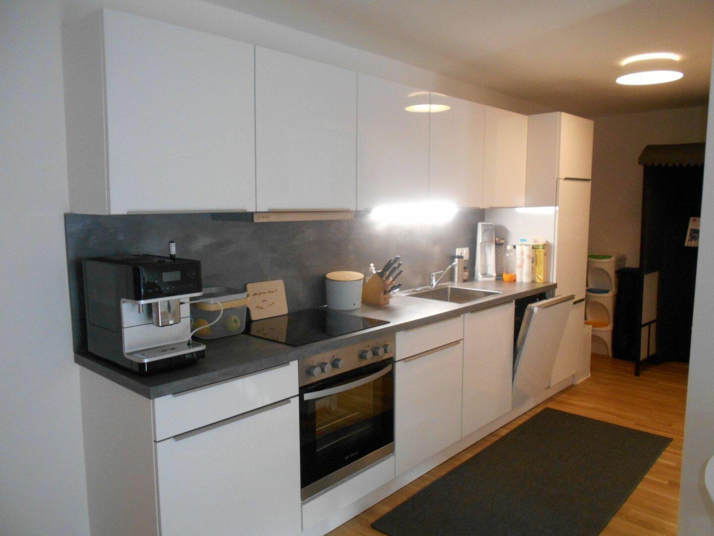 Küche mit Gang zum Schlafzimmer und Abstellraum