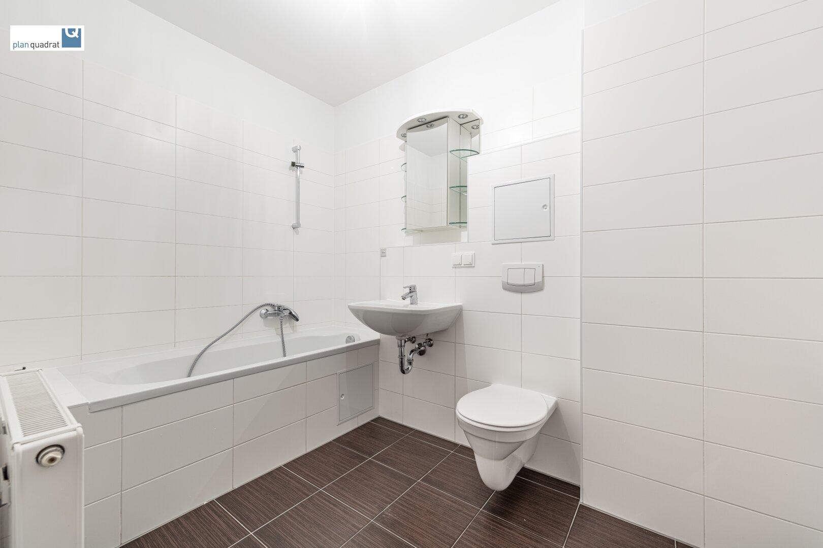 Badezimmer (ca. 6,40 m²) mit Waschbecken, Badewanne, Toilette und Wa-Ma-Anschluss