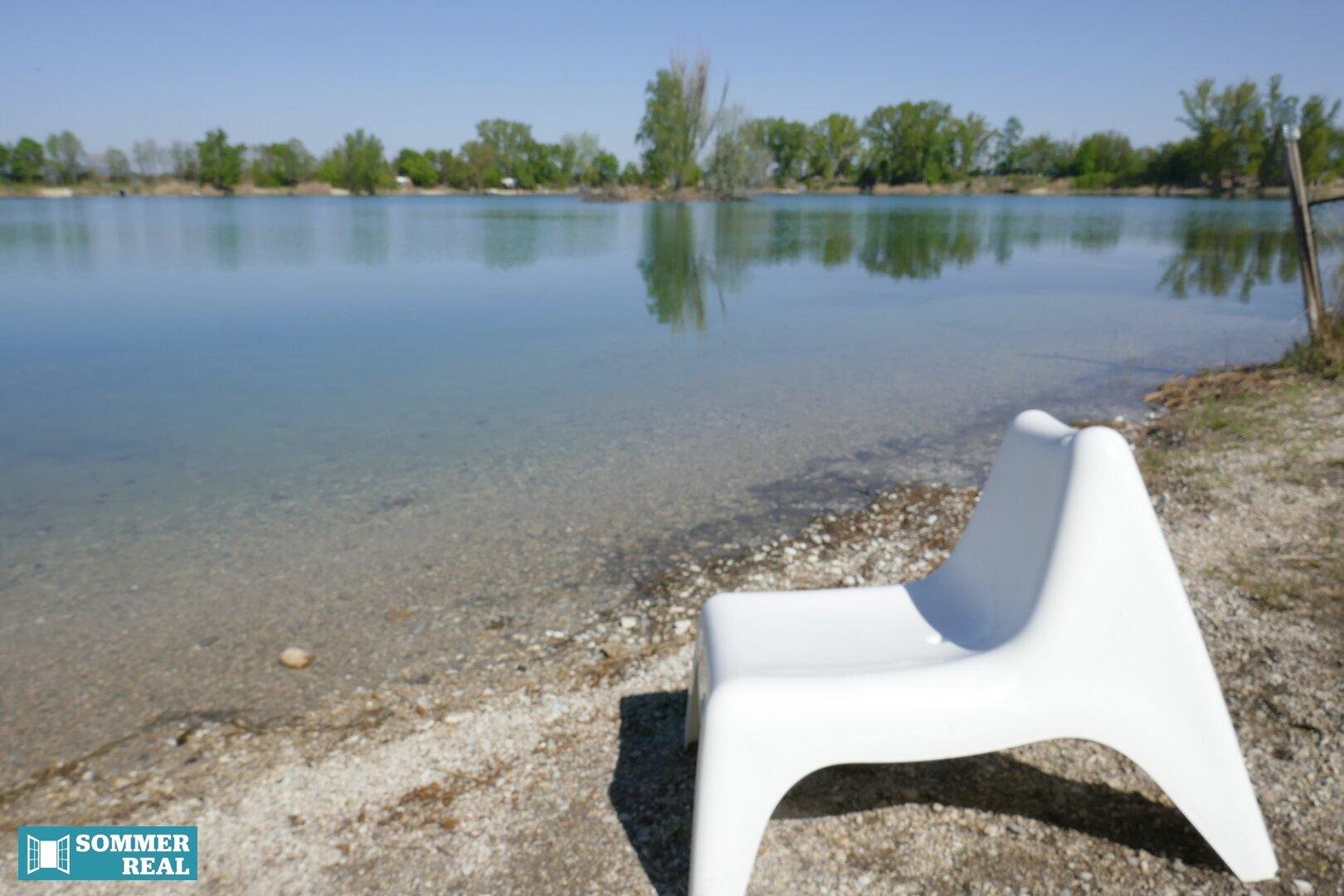 Badesee mit Stuhl