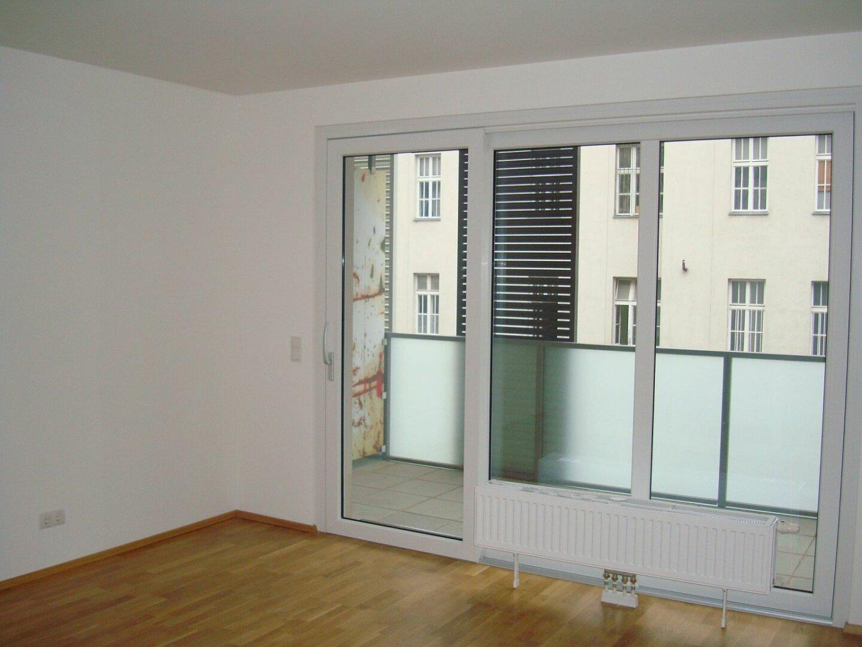 Wohnküche mit Ausgang auf den Balkon