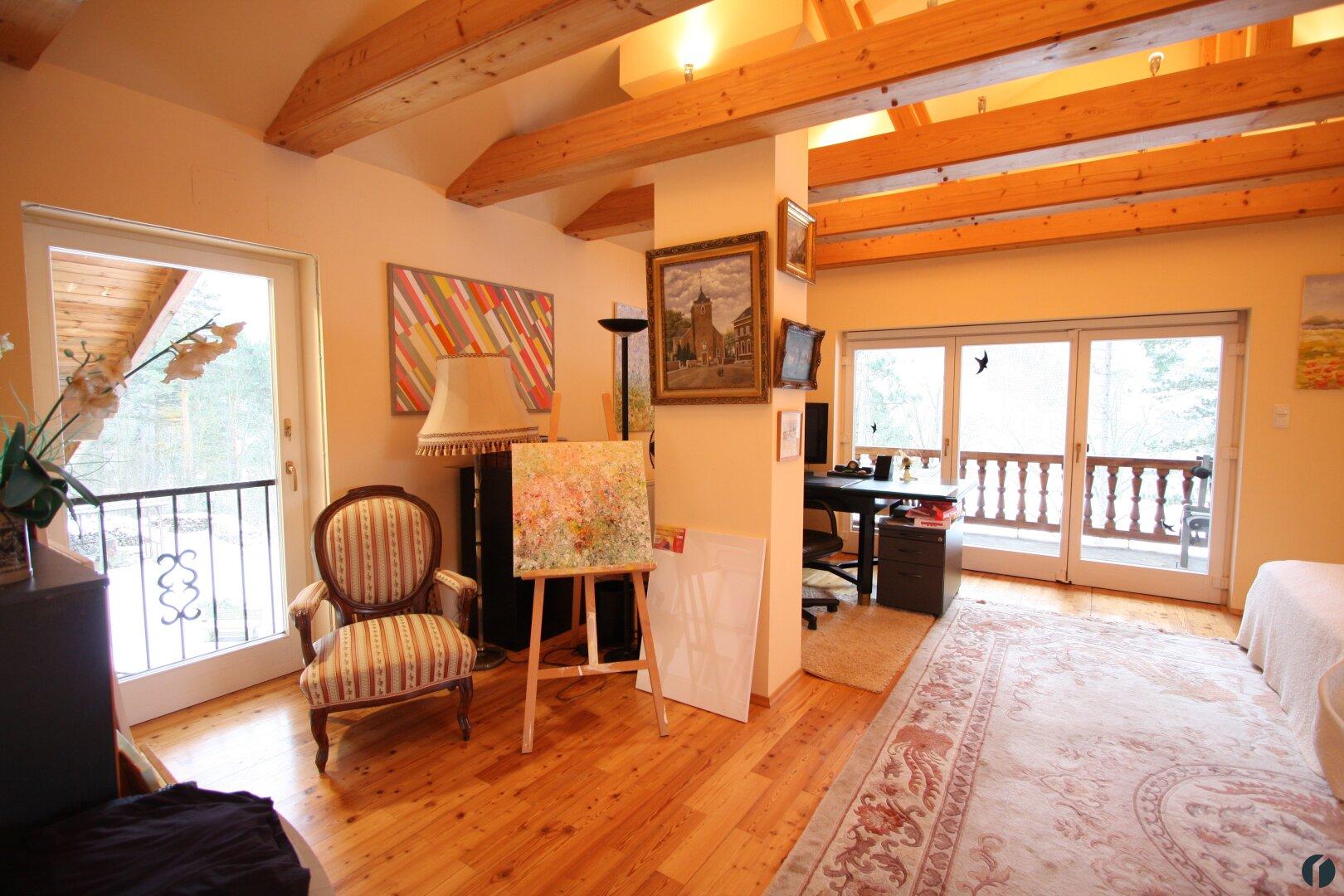 Schlafzimmer mit Arbeitsbereich im Dachgeschoss