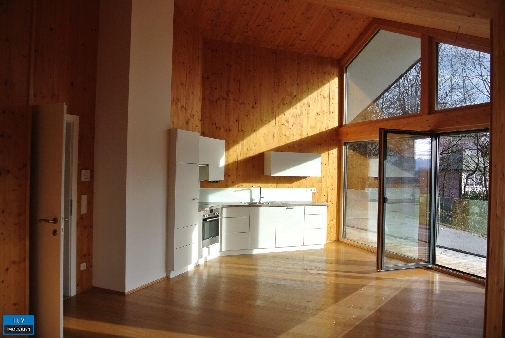 Blick Wohnzimmer und offene Küche