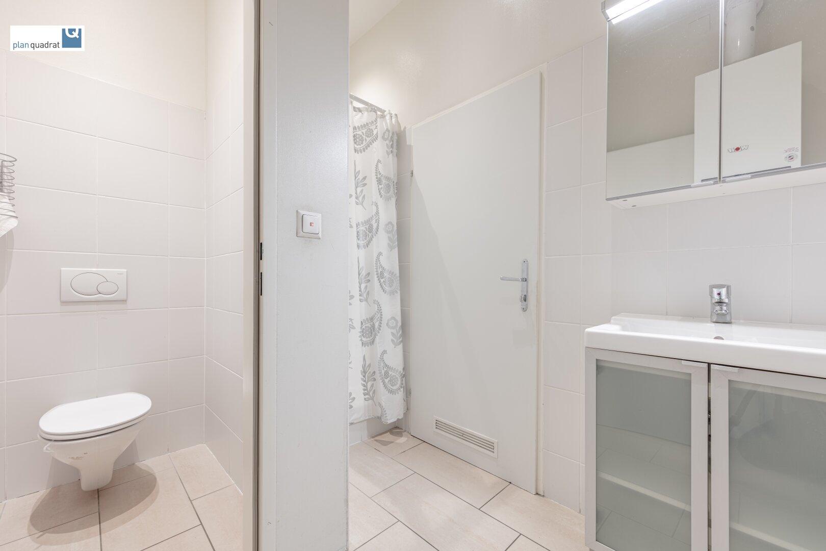 Waschraum mit Dusche und Toilette (ca. 4,40 m²)