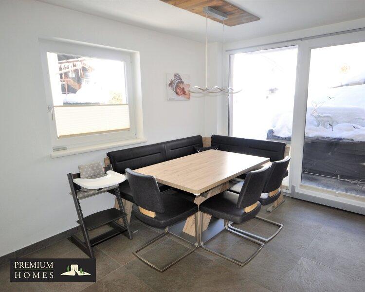 Kirchbichl Zweifamilienhaus_ verwirklichte Ideen der Gemütlichkeit_Essbereich mit Zugang Terrasse
