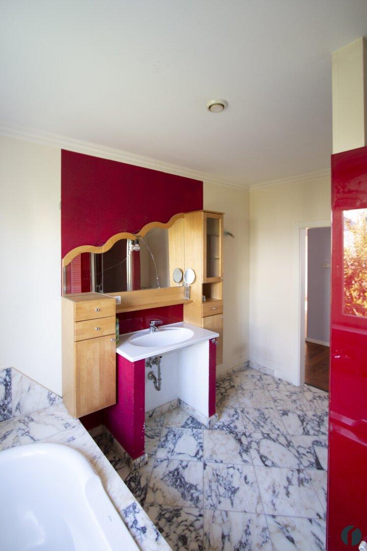 Badezimmer mit Walk-in Dusche & Wanne
