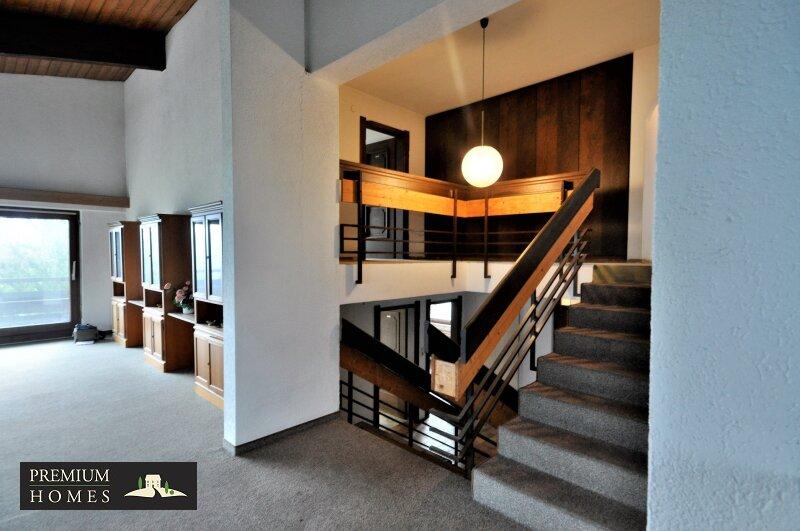 BREITENBACH am Inn - Alte Villa auf riesigem Grundstück zur Sanierung_Wohnzimmer_Treppenhaus