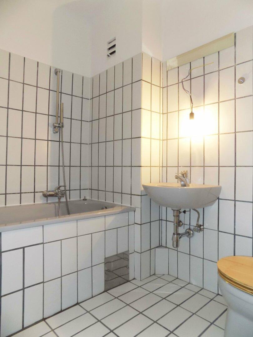 Badezimmer mit Wanne + Waschtisch