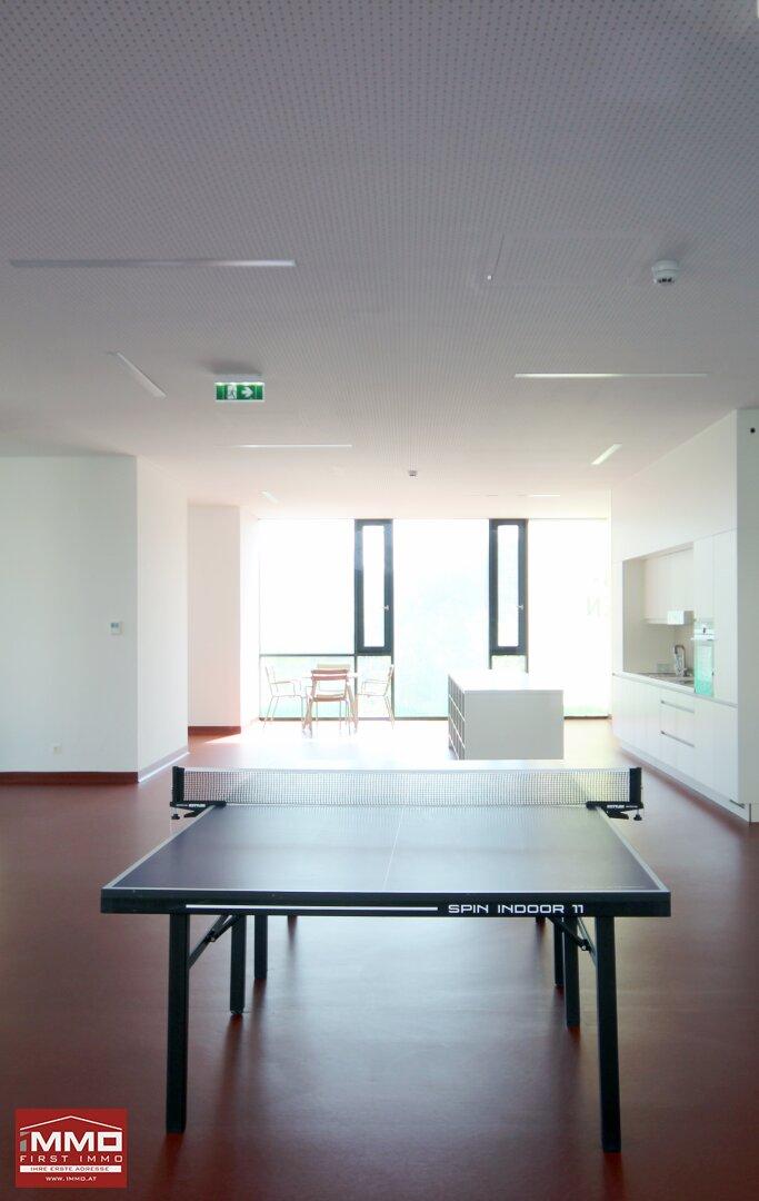 Tischtennis und Küche im Hobbyraum