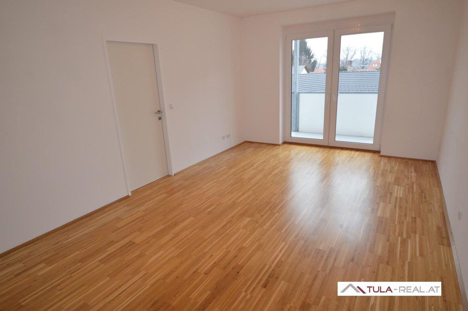 Wohnzimmer (direkter Zugang zum Balkon)