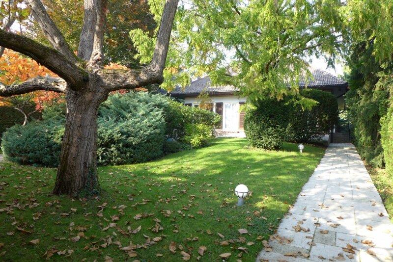 Familiendomizil mit Retro Charme! 70er Jahre Villa mit Indoorpool und parkähnlichen Garten