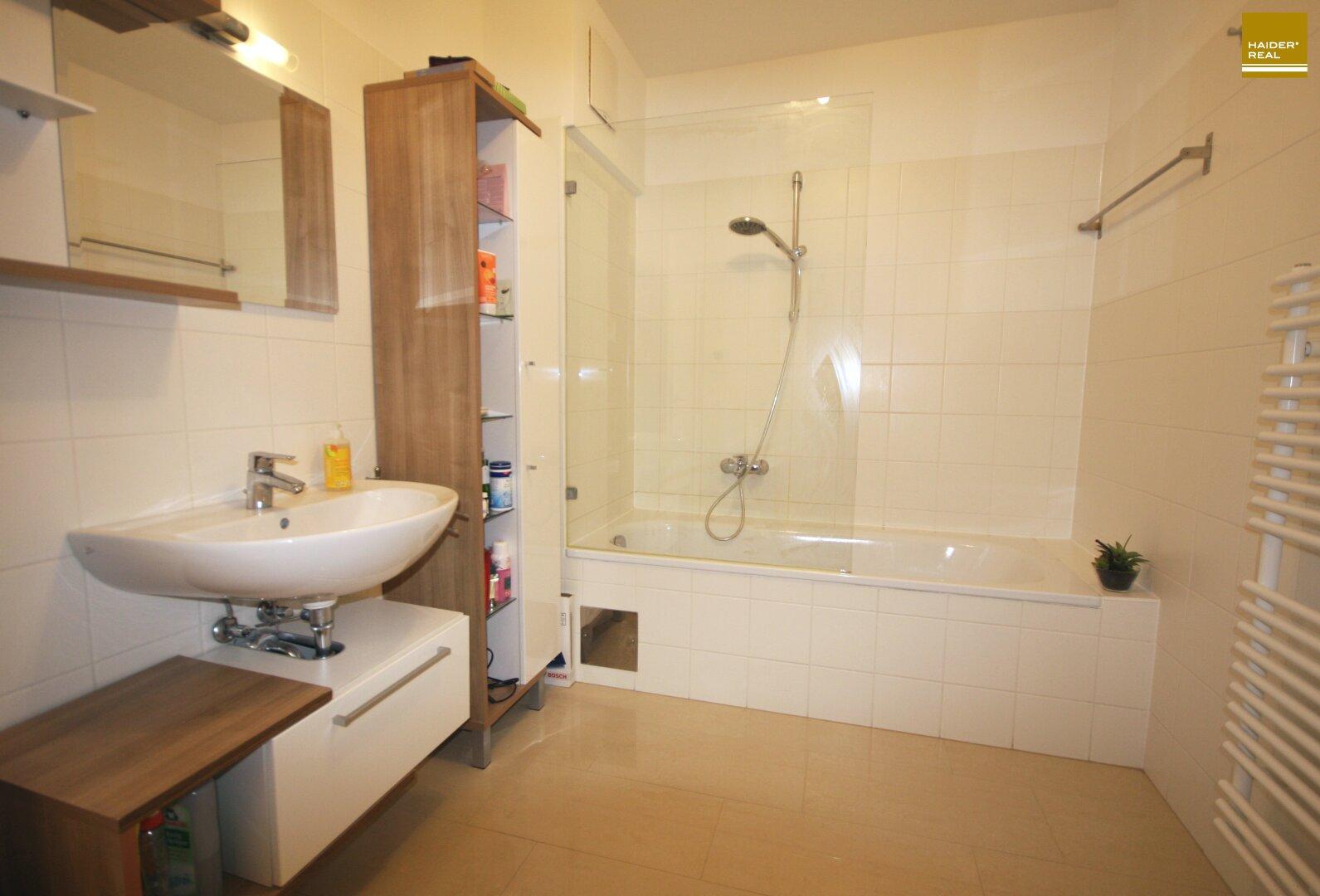 Bad 8,9 m² mit Badewanne und WM-Anschluss