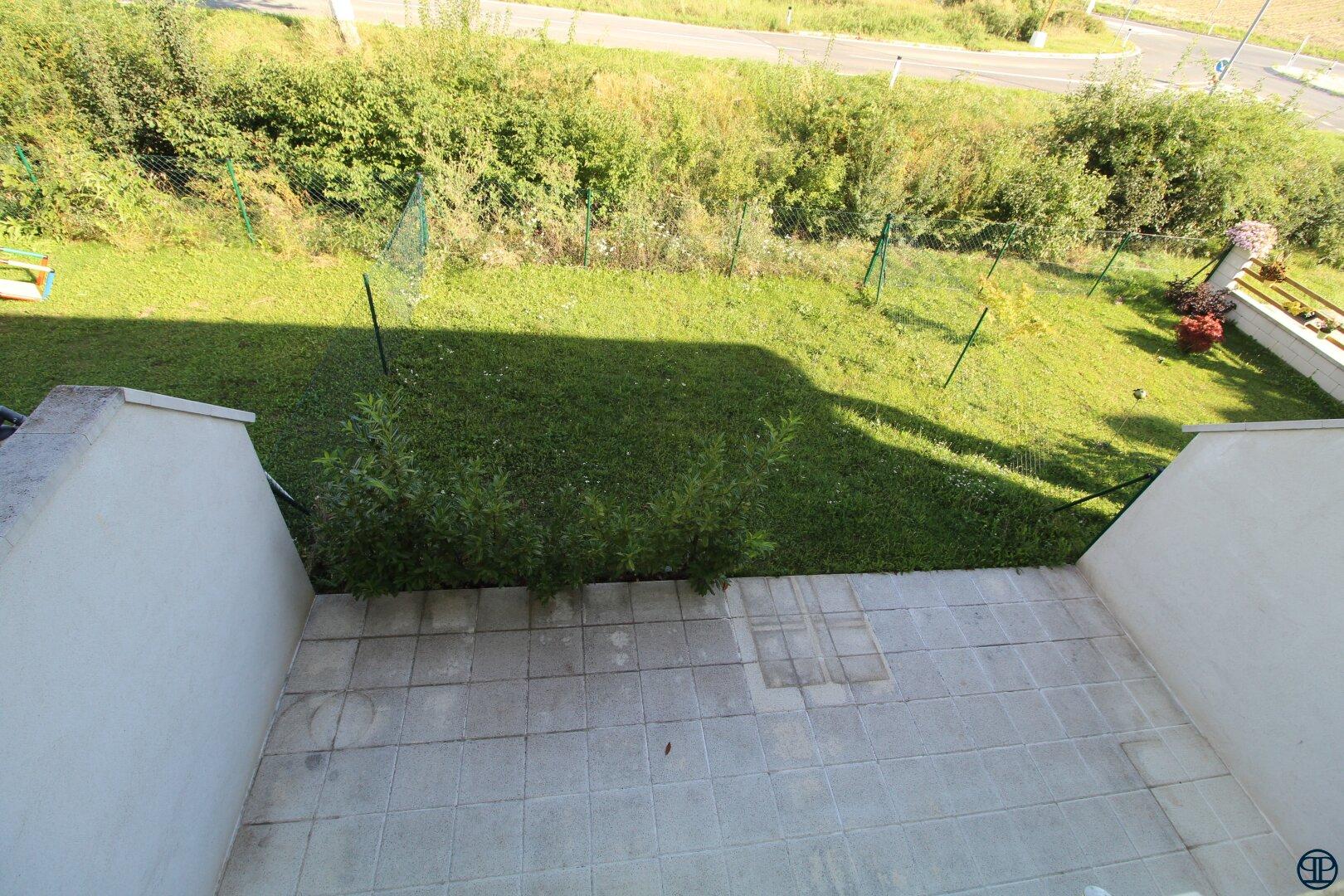 Blick vom Obergeschoss zur Terrasse