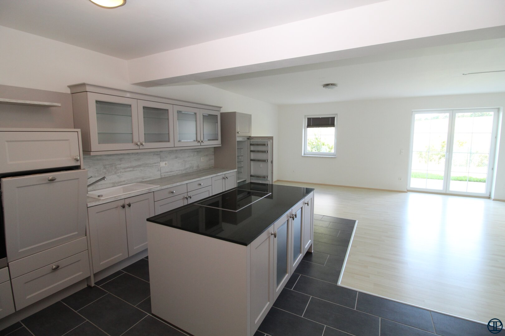 Blick vom Küchenbereich in den Wohnbereich
