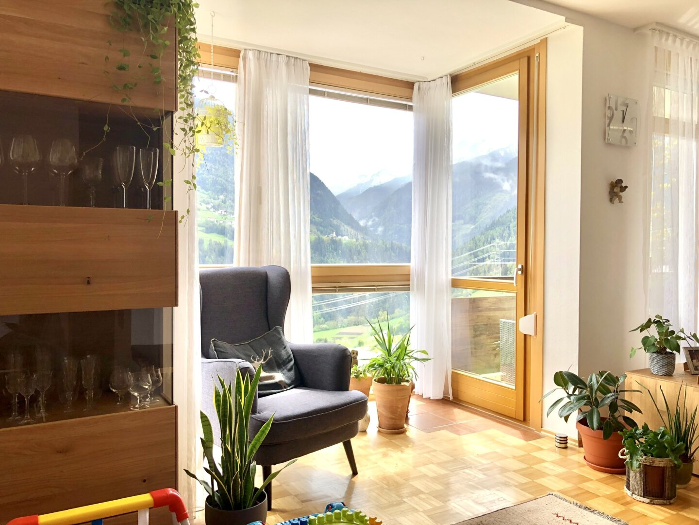 Viel Fensterfläche und Zugang zum sonnigen Balkon