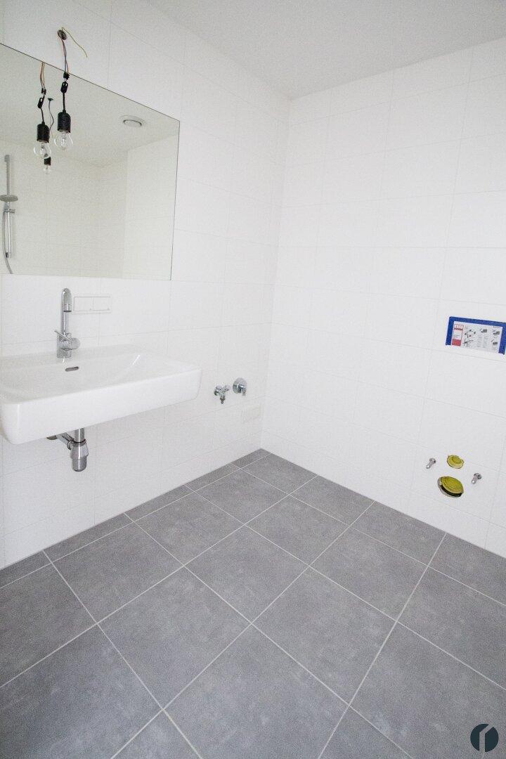 Badezimmer mit Badewanne und Waschbecken
