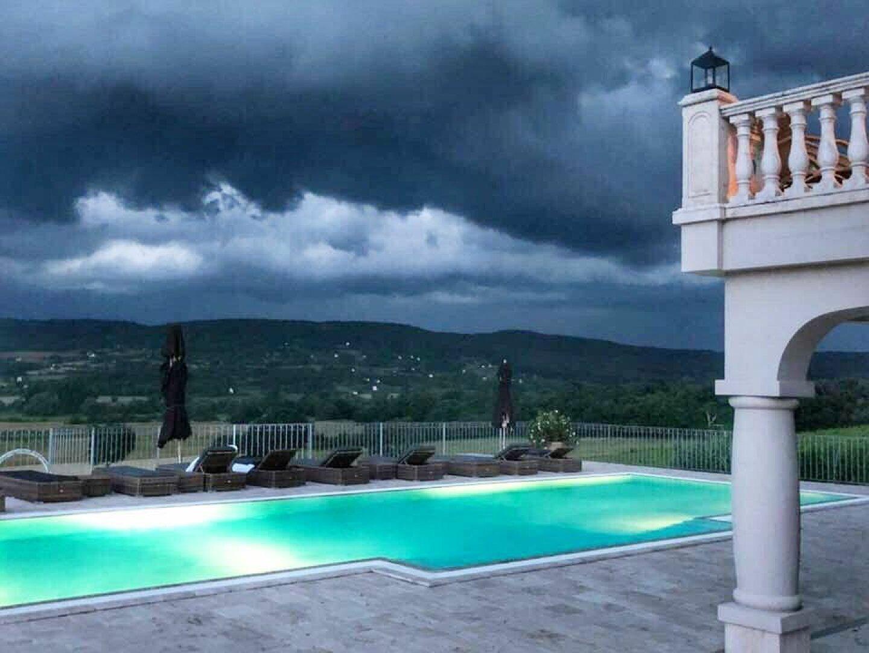 Swimmingpool mit Aussicht auf das Weingut