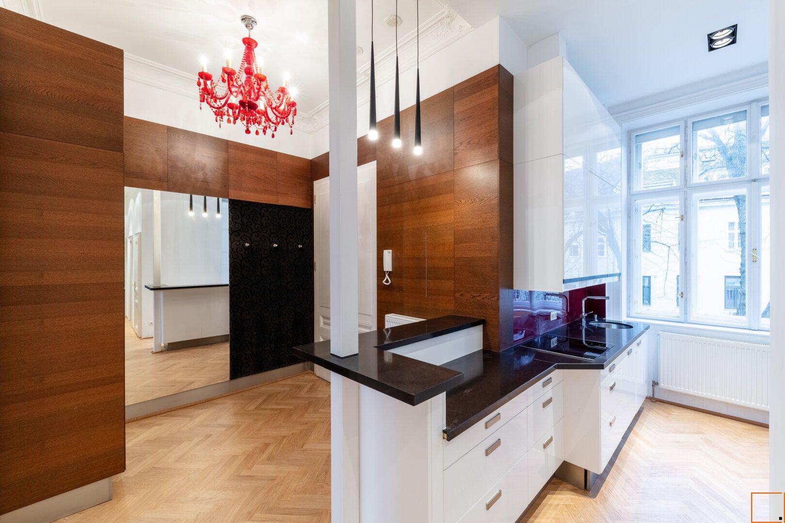 Teilansicht Küche mit Blick in begrünten Innenhof