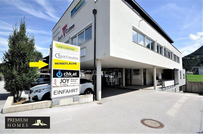 WÖRGL_ ANLAGE_ Rendite_Objekt im Zentrum von Wörgl ca. 4,00 % p.a _ Geschäftsfläche zu verkaufen_Haus_Ansicht_Richtung Westen_Einfahrt Garage