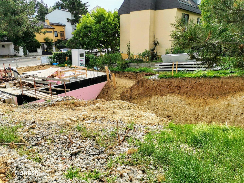 Baugrube von Haus 1 und Keller von Haus 2