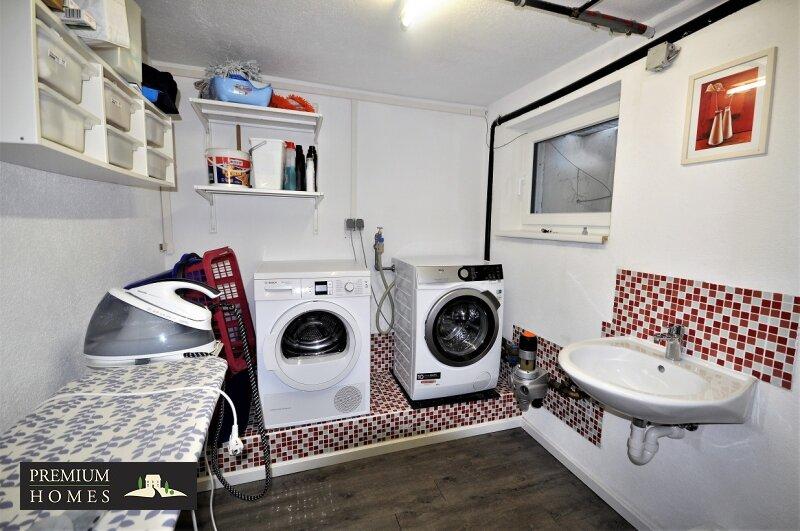 Angerberg_Doppelhaushälfte_Waschraum im Keller mit Fenster
