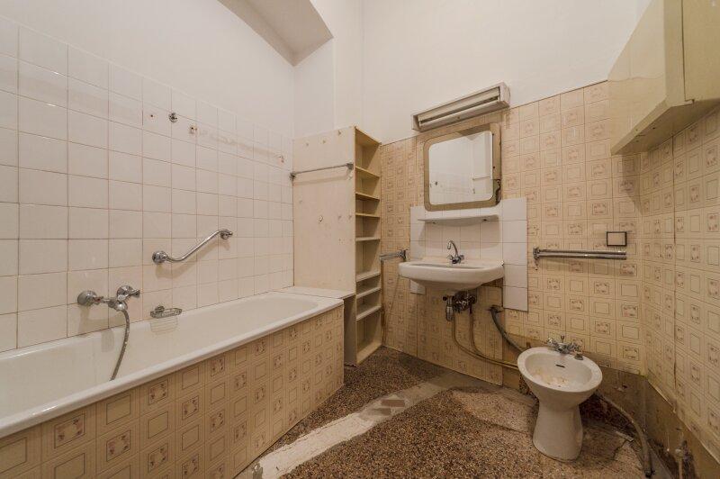 ++NEU++ Sanierungsbedürftige Stilaltbauwohnung in aufstrebender Lage! 4-Zimmer möglich! /  / 1150Wien / Bild 7