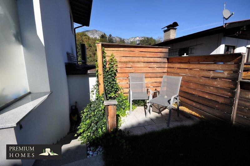 Angerberg_Doppelhaushälfte_Nische zum Sitzen im Garten mit Abgang in die Garage