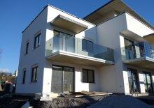 TRAUMWOHNUNG: Modere 4- Zimmer- Erdgeschosswohnung mit Garten und Tiefgaragenplatz